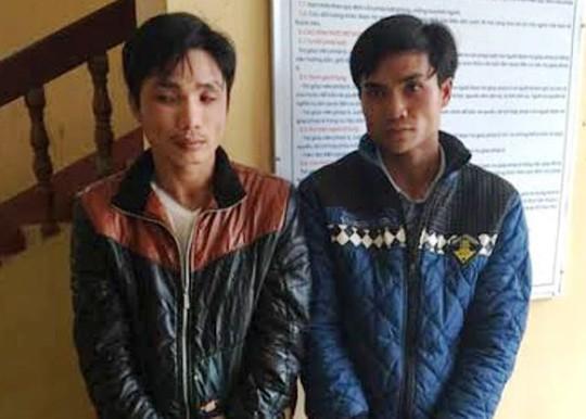 Hai người ôm thuốc nổ đi bán bị công an bắt giữ - Ảnh: Thái Thanh