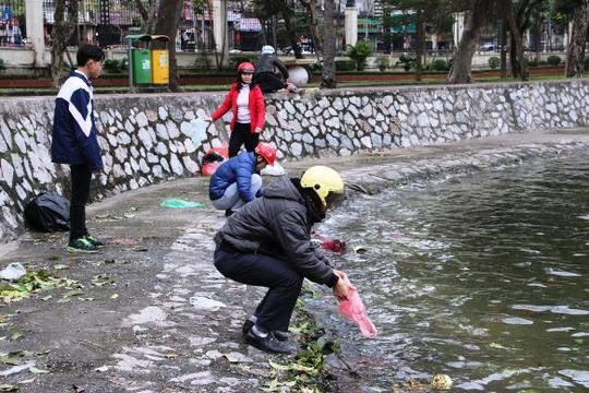 Sáng ngày 1-2 (tức 23 tháng chạp âm lịch), ngay từ sáng sớm rất đông người dân Thủ đô đã thả cá chép để tiễn ông Công, ông Táo về chầu trời