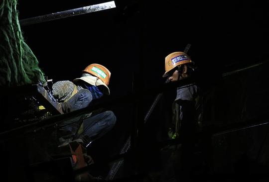 Hai công nhân thi công trên tuyến Metro đoạn ngã ba 621 (quận Thủ Đức) mò mẫm làm việc trong ánh đèn yếu ớt. Ban ngày, họ được trả công lao động gần 40.000 đồng/giờ, tăng ca vào ban đêm được trả 60.000 đồng/giờ. Tuy nhiên sau 1 tuần làm việc, họ mới được lãnh lương một lần.