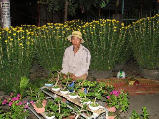 Người bán hoa Tết bên đường Trần Hưng Đạo (Tuy Hòa, Phú Yên).