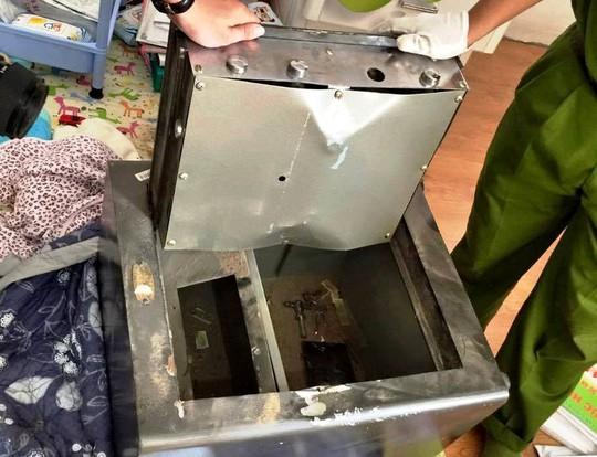 Chiếc két sắt đựng 800 triệu đồng trong biệt thự ca sĩ Đăng Khôi bị kẻ gian cạy bung