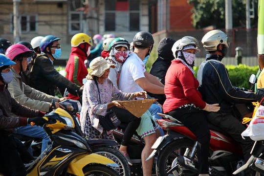 Một bà lão ăn xin thường hoạt độngtạingã tư Thủ Đức (xa lộ Hà Nội).