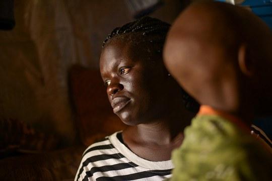 Cô Fatma W. bị 3 người đàn ông cưỡng hiếp tại nhà riêng ở thủ đô Nairobi - Kenya khi mới 17 tuổi. Cô hiện có một đứa con trai 7 tuổi ra đời sau vụ cưỡng hiếp đó. Ảnh: HRW