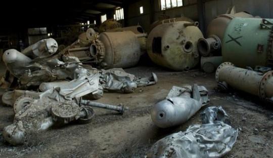 Vỏ đạn bị phá hủy, bồn chứa hóa chất và container tại một cơ sở vũ khí hóa học ở Muthanna, phía Bắc Baghdad - Iraq. Ảnh: AP