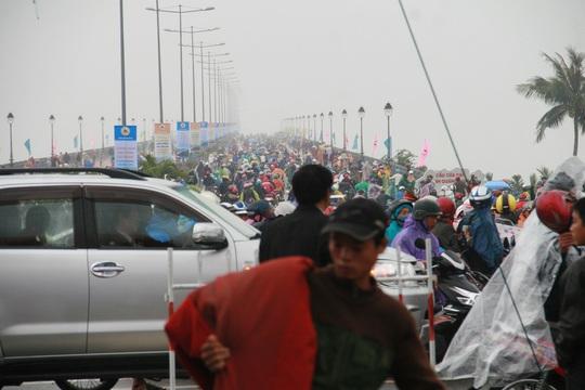 Dù trời mưa nhưng hàng trăm người dân vẫn nô nức tới tham dự lễ khánh thành khiến con đường kẹt cứng sau khi buổi lễ kết thúc