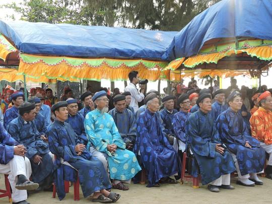 Các cụ phụ lão và thanh niên của các họ tộc trên đảo cùng dự lễ