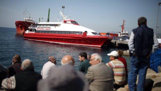 Khoảng 200 người di cư đầu tiên – chủ yếu là người Pakistan - tới Thổ Nhĩ Kỳ hôm 4-4. Ảnh: AP