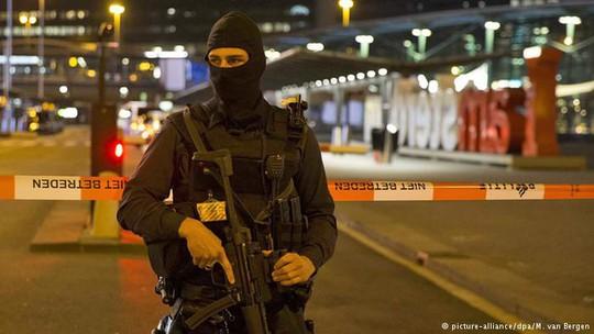 Cảnh sát quân sự Hà Lan phong tỏa sân bay Schiphol. Ảnh: DPA