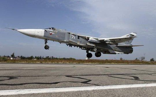 Một máy bay Su-24 của Nga cất cánh tại căn cứ gần TP Latakia - Syria. Ảnh: REUTERS