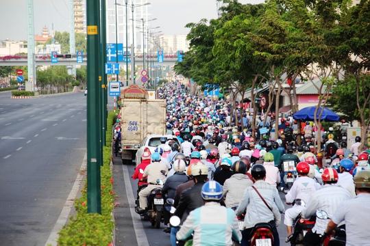 Vào giờ cao điểm, làn xe máy trên đường Phạm Văn Đồng thường xuyên ùn ứ nhưng làn ô tô thì chỉ lác đác vài xe lưu thông