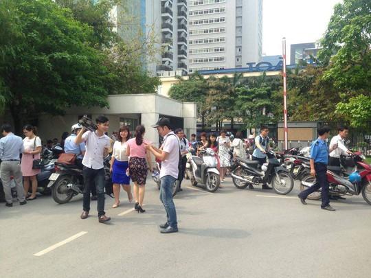 Hàng trăm phóng viên tập trung tại cổng Bộ TN-MT từ 14 giờ chiều