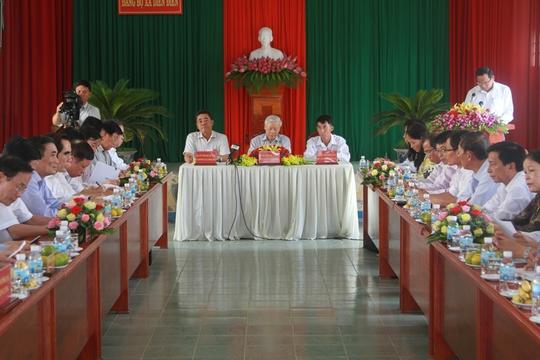 Tại buổi làm việc, Tổng Bí thư Nguyễn Phú Trọng cho rằng nên chăng huyện Diên Khánh nên xem lại cơ cấu kinh tế để phát triển hợp lý