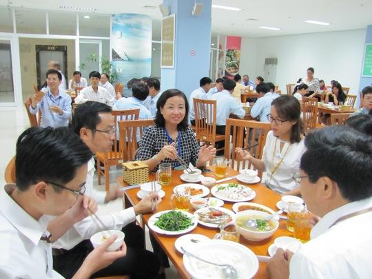 Giám đốc Sở Y tế Đà Nẵng Ngô Thị Kim Yến (ngồi giữa, mặc áo ca rô) cùng ăn bữa cơm hải sản
