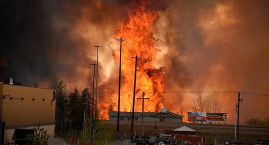 Đám cháy bùng lên từ tối 1-5. Ảnh: REUTERS