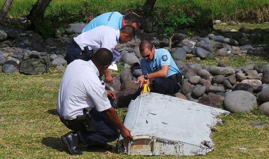 Mảnh vỡ trên đảo Reunion của Pháp. Ảnh: REUTERS