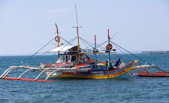 Một chiếc thuyền từng đánh cá tại bãi cạn Scarborough nay phải trở về thị trấn Masinloc. Ảnh: REUTERS