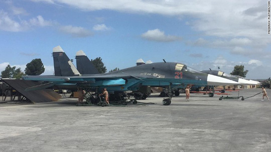 Hai chiếc Su-34 được nhìn thấy đậu trên đường băng tại căn cứ không quân Hmeymim, miền Bắc Syria ngày 4-5-2016. Ảnh: CNN