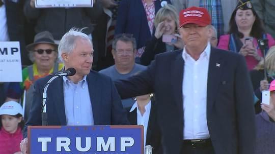 Thượng nghị sĩ bang Alabama Jeff Sessions (trái) xuất hiện trong một sự kiện của ông Trump. Ảnh: NBC NEWS