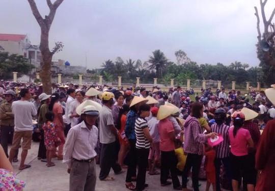 Rất đông người dân xã Quảng Văn tới theo dõi phiên tòa