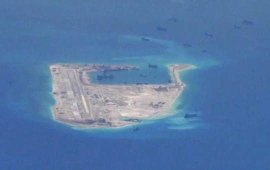 Tàu Trung Quốc đang nạo vét quanh bãi Đá Chữ thập. Ảnh do máy bay do thám P-8A Poseidon của hải quân Mỹ chụp ngày 21-5-2015. Ảnh: U.S. NAVY