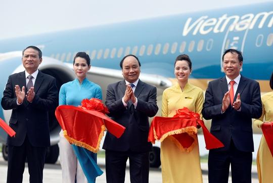 Thủ tướng Nguyễn Xuân Phúc (giữa) cắt băng chào mừng chuyến bay Boeing 787 đầu tiên đến sân bay quốc tế Cát Bi