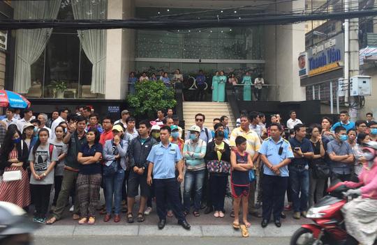 Đối diện GEM Center (số 8 Nguyễn Bỉnh Khiêm, quận 1, TP HCM) lúc 8 giờ 30 sáng đã chật kín người chờ được ngắm ông Obama