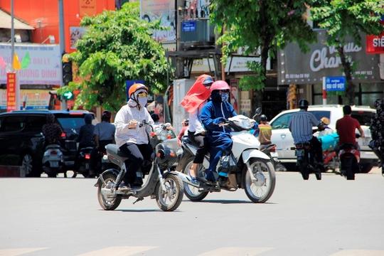Nắng nóng lên tới đỉnh điểm tới hơn 40 độ C ngoài đường khiến người dân đi đường phải ăn mặc kín mít để trốn cái nắng