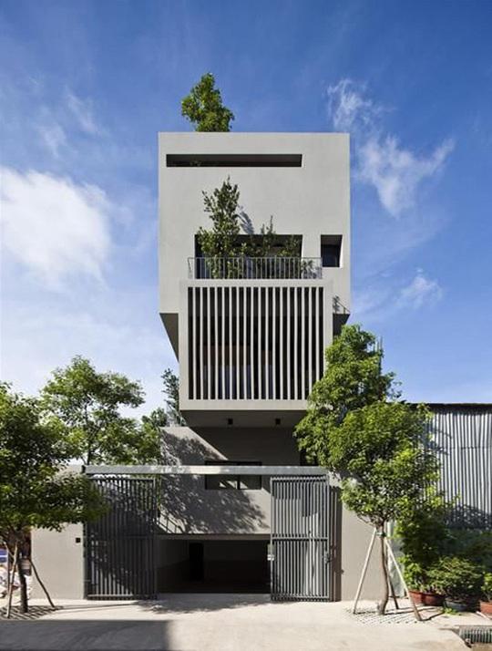 Toàn bộ mặt tiền căn biệt thự, ban công cũng như trên tầng thượng cũng được trồng cây xanh mát.