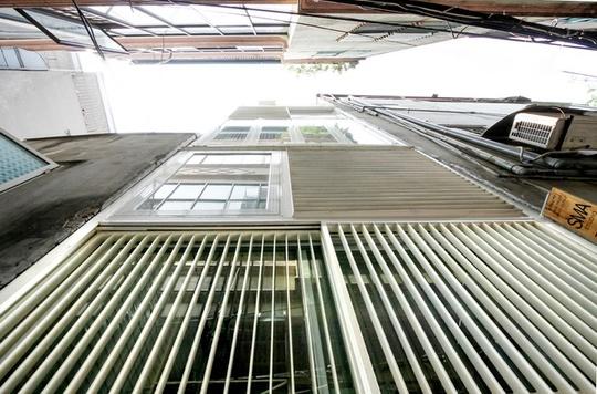 Ngôi nhà gặp đủ bất lợi khi diện tích mặt bằng chỉ có 10m2 (2,5x4m), mặt tiền nhìn ra ngõ 1m, 2 bên là nhà hàng xóm đã xây dựng
