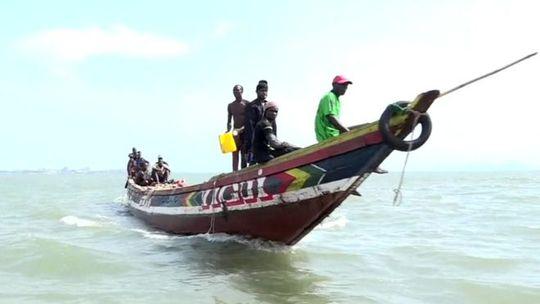 Một thuyền cá của ngư dân Guinea. Ảnh: BBC