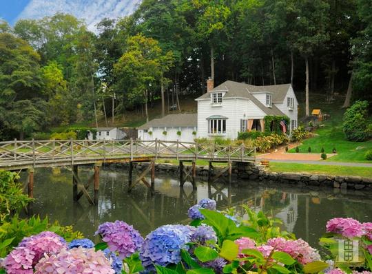 Căn nhà nằm ngay cạnh bờ sông Long Island Sound thơ mộng.