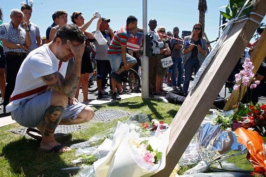 Đặt hoa tưởng niệm nạn nhân trong vụ thảm sát Nice. Ảnh: REUTERS