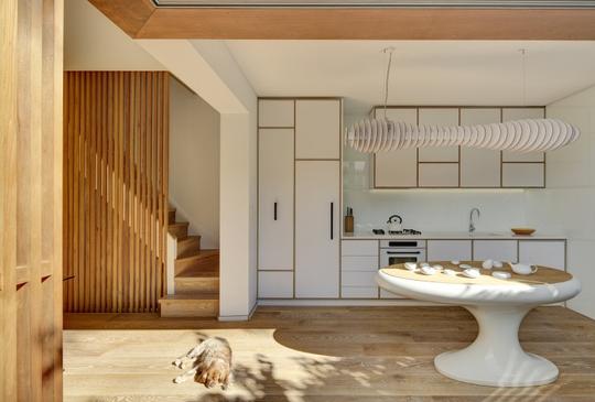 Thiết kế tràn gập gỗ sáng màu tạo cái nhìn vô cùng thanh tao và tinh tế cho căn nhà.