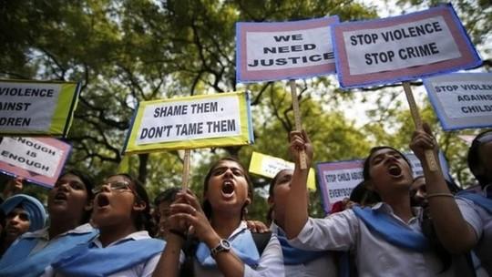 Biểu tình chống nạn cưỡng hiếp tại Ấn Độ. Ảnh: AP