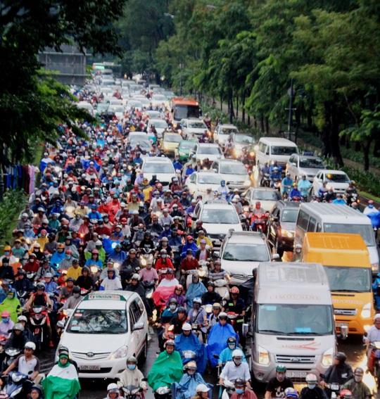 Dòng xe kẹt cứng trên đường Trần Quốc Hoàn