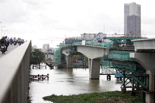 Trong khi đó, tại khu vực cầu Sài Gòn đoạn metro có chiều rộng khoảng 11m, bốn nhịp cầu tại đoạn này được đúc theo phương pháp truyền thống.
