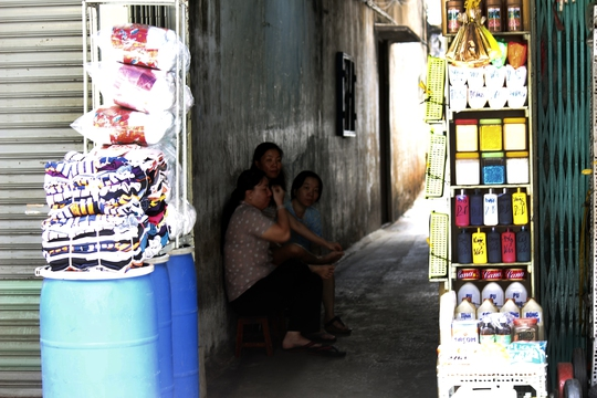 Một cửa hàng hóa chất di động được bày bán trước một con hẻm nằm trên đường Trịnh Hoài Đức, sát chợ Kim Biên. Tuy bày bán ít mặt hàng, nhưng nếu khách có nhu cầu sẽ được dẫn ra các kho chứa chứa đủ hầu hết các mặt hàng hóa chất.