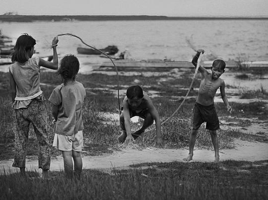 Lúc rảnh rỗi, những đứa trẻ lại túm tụm lại vui chơi với nhau. Suốt ngày chỉ loanh quanh trong xóm, chúng hầu như không tiếp xúc với trẻ em đồng trang lứa bên ngoài.