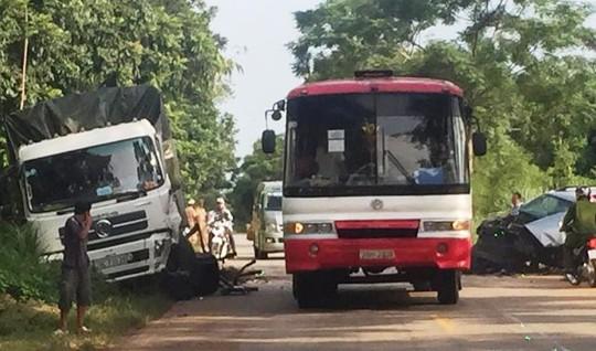 Hiện trường vụ tai nạn giữa xe tải và xe 7 chỗ trên tuyến đường Hồ Chí Minh qua Thanh Hóa