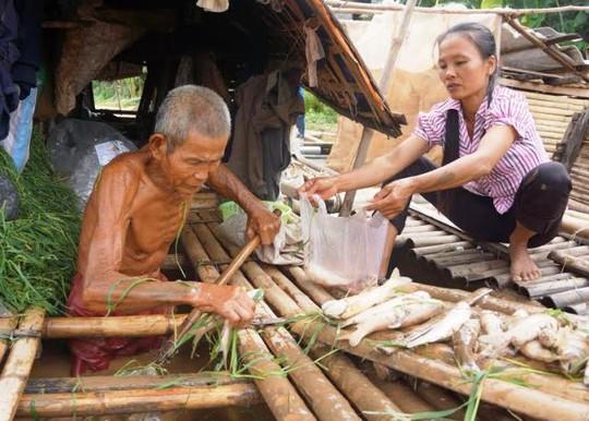 Cá chết trắng lồng của hộ gia đình ông Nguyễn Văn Kính trên sông Mã