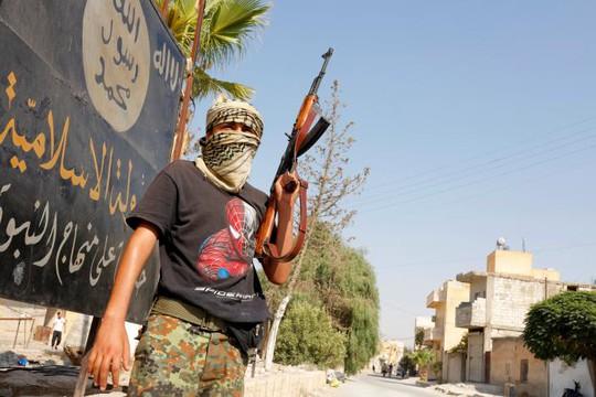Một thành viên FSA tuần tra ở TP Jarablus hôm 31-8. Ảnh: REUTERS