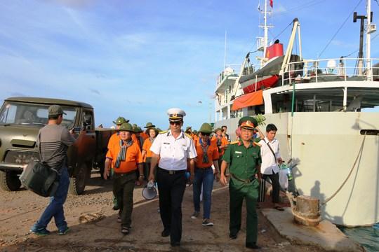 Đại tá Đậu Khải Hoàn - Phó Chính úy Bộ Tư lệnh Vùng 5 Hải quân dẫn đoàn công tác lên đảo Thổ Chu
