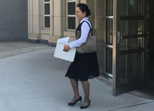 Bà Ying Lin bước ra khỏi phiên tòa ở New York ngày 21-6. Ảnh: REUTERS