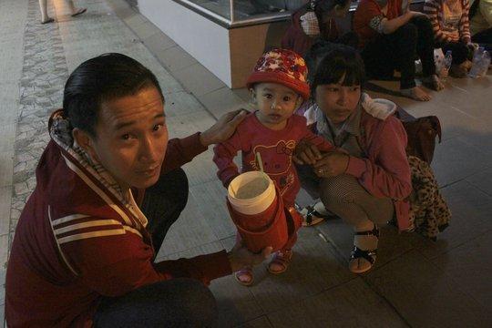 Gia đình bé Bảo Nhi (1 tuổi) thất vọng vì đợi chờ mua vé suốt đêm
