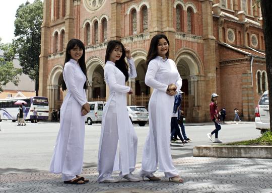 Các nữ sinh chụp ảnh kỷ niệm