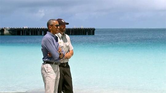 Tổng thống Obama (trái) đến thăm khu bảo tồn biển Papahānaumokuākea. Ảnh: CNN