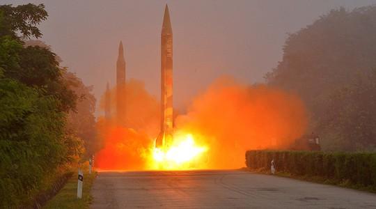 Triều Tiên hôm 5-9 phóng liên tiếp 3 tên lửa đạn đạo vào vùng biển ngoài khơi phía Đông. Ảnh: KCNA