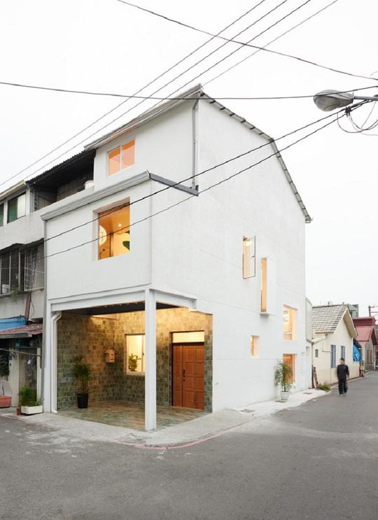 Ngôi nhà nhỏ nhìn từ bên ngoài.
