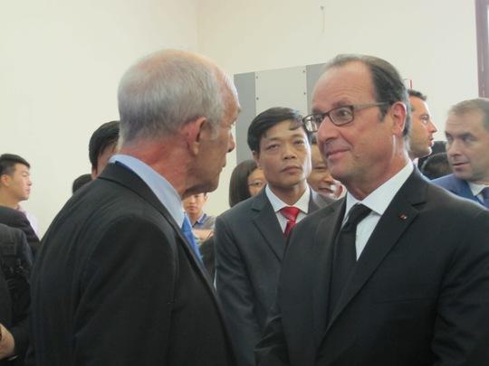 Tổng thống trò chuyện với một giáo sư tại ĐH Quốc gia Hà Nội