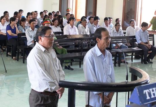 Hai bị cáo Nguyễn Tài (nguyên Chủ tịch UBND huyện Đông Hòa - trái), Huỳnh Ngọc Sương (nguyên Phó chủ tịch UBND huyện Đông Hòa) tại phiên tòa